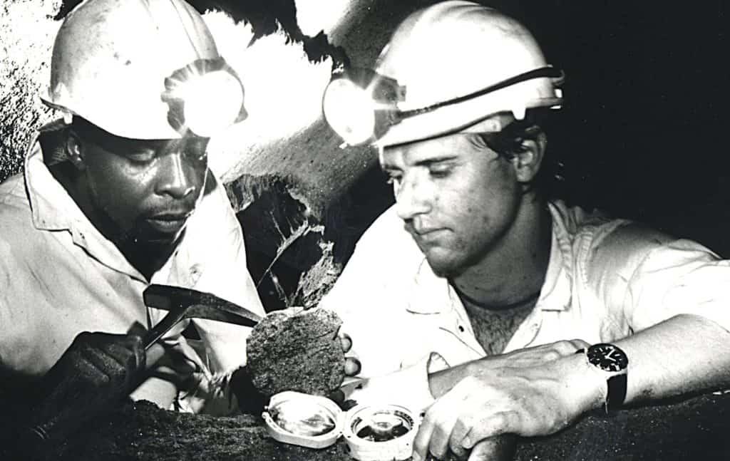 坦桑石采矿