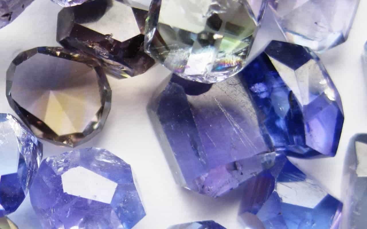 Tanzanite-stones-of-different-colour