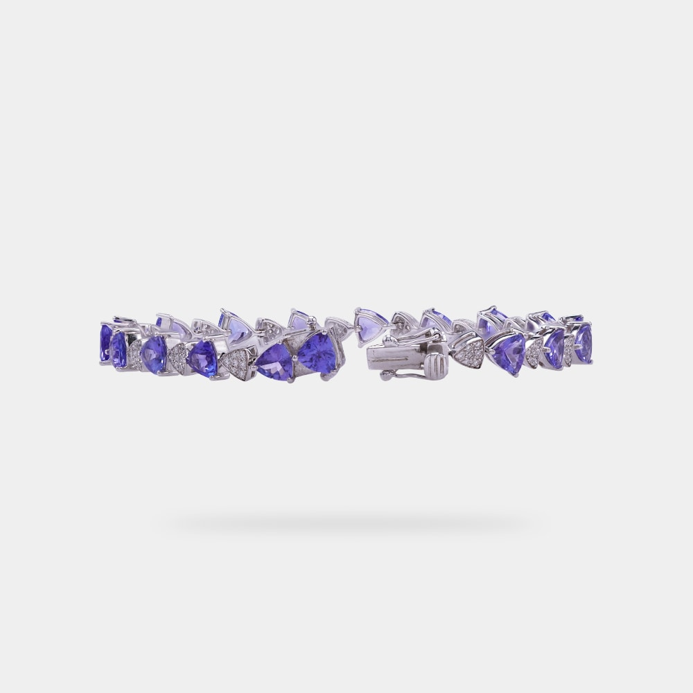 10.27 Carats Trilliant Shaped Bracelet With White Gold Metal